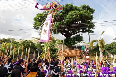 中ヌ井での旗頭と棒巻@八重瀬町の志多伯豊年祭