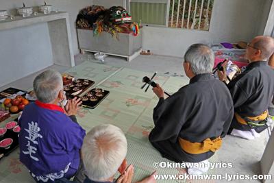 ノロ殿内での三線奉納@八重瀬町の志多伯豊年祭