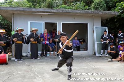 ノロ殿内での舞方(棒術)@八重瀬町の志多伯豊年祭