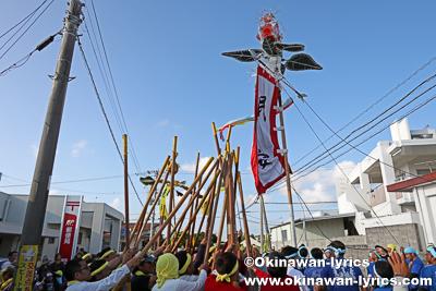 旗頭と棒@糸満市の大里大綱引き